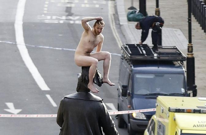 Homem nu em cima de estátua causa tumulto em Londres