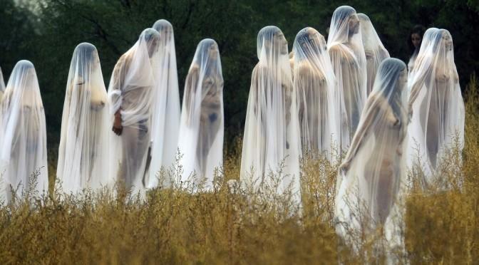 Mexicanos posam nus durante festival do Dia dos Mortos