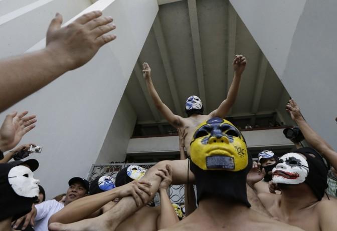 Estudantes correm nus para pedir eleições livres e limpas no campus da universidade