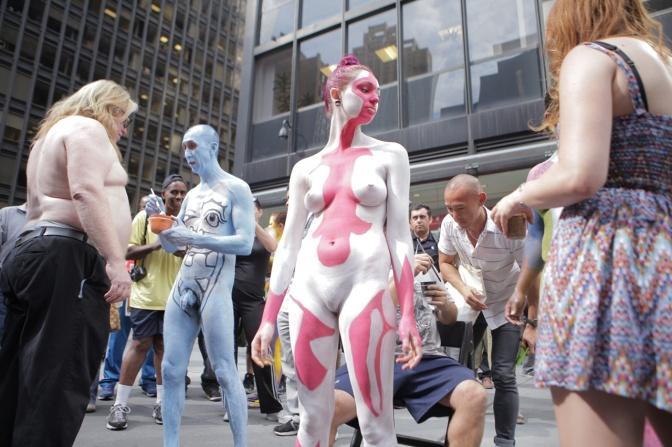 Artista faz pinturas corporais ao vivo no meio da Times Square