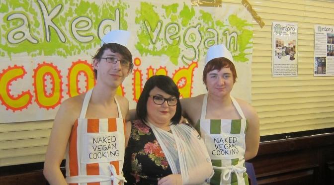 Conheça o blog de comida vegana, onde amigos se reunem para cozinhar nus
