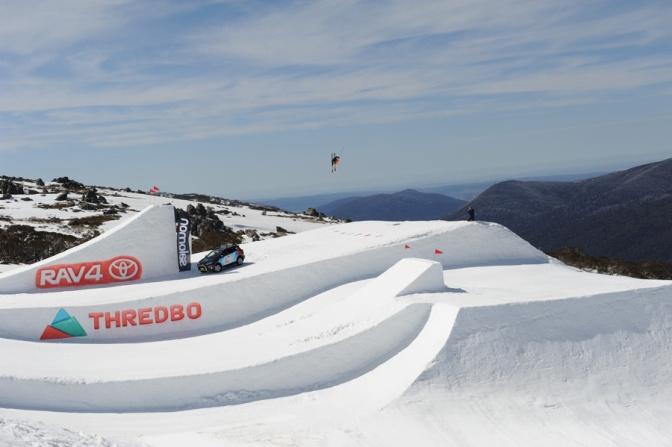 O esquiador australiano Sam Ruttiman se queima ao esquiar nu, no Toyota One Hit