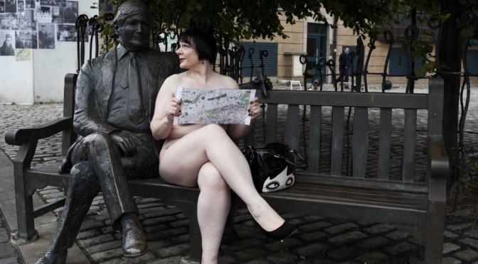 Ex-professora de escola vira comediante nudista e diz que é preciso coragem para encarar ex-alunos