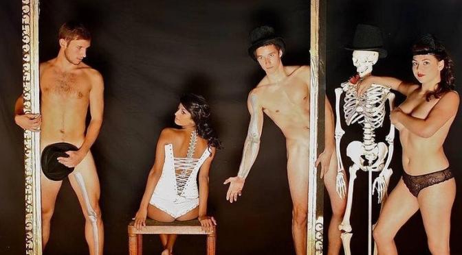 Estudantes de medicina posam nus com os corpos pintados para calendário de caridade