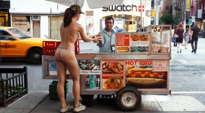 Esta mulher explora a cidade de Nova York completamente nua para provar que a moda é Bullshit (Conversa Fiada) [NSFW]