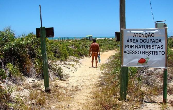 Praia capixaba é referência em naturismo no Brasil
