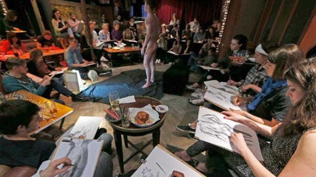 Esqueça o Karaokê: Agora a moda é ficar nu em nome da arte em pubs britânicos
