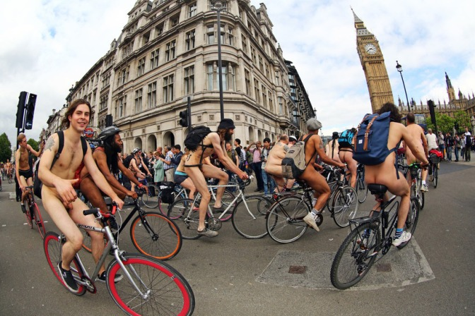 Centenas de ciclistas participaram da World Naked Bike Ride em Londres