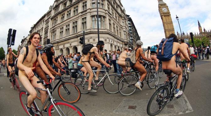 Centenas de ciclistas participaram da World Naked Bike Ride em Londres