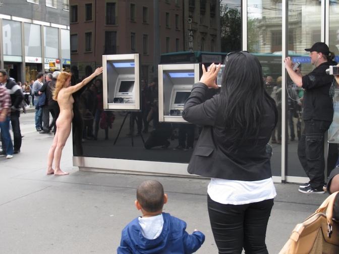 Artistas nus invadem as ruas de Biel na Suíça para o The Body and Freedom
