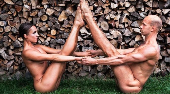 Atletas poloneses posam nus para calendário